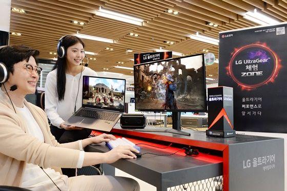 모델이 LG전자 베스트샵 강남본점에서 게임 환경에 적합한 2020년형 'LG 울트라기어'를 소개하고 있다. ⓒLG전자