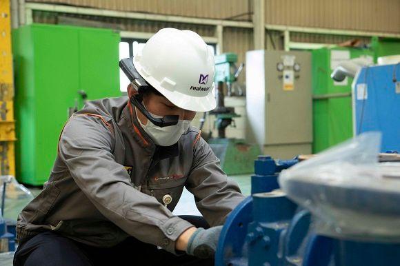 한화토탈 정비팀 직원이 스마트글래스를 활용해 해외 기술선 직원과 커뮤니케이션하며 기계 설비를 보수하고 있는 모습.ⓒ한화토탈
