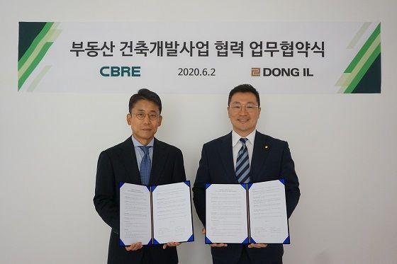 ⓒ임동수 CBRE코리아 대표(왼쪽)와 오정택 동일건축 사장이 지난 2일 서울 종로구에 위치한 CBRE코리아 오피스에서 부동산건축개발사업에 대한 업무협약(MOU)을 체결했다.