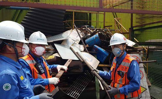 3일 포항제철소 제선공장 직원들이 수거한 철재와 불용자재를 한 곳에 모으고 있다. ⓒ포스코
