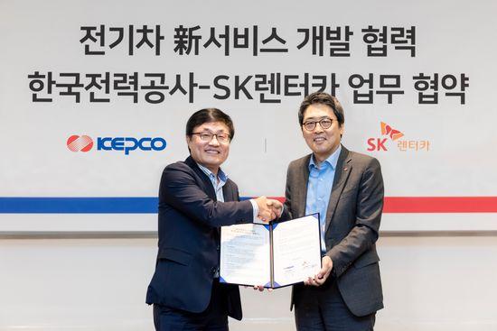SK렌터카는 한국전력공사와25일 서울 그랜드 워커힐 호텔에서 전기차 新서비스 개발 협력 업무 협약을체결했다. (좌)현몽주SK렌터카 대표이사, (우)이준호 한국전력공사 신재생사업처장ⓒSK렌터카