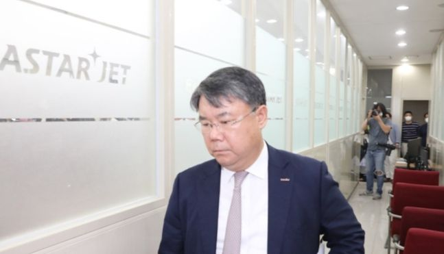 최종구 이스타항공 대표가 29일 서울 강서구 이스타항공 본사에서 열린 기자회견에 입장하고 있다.ⓒ연합