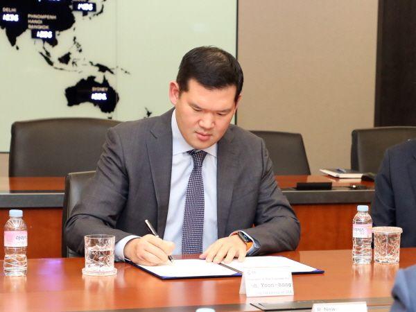 허윤홍 GS건설 사장이 인도 ISTS-IV 300MW 태양광발전사업 주주간협약 서명식에서 사인하고 있다.ⓒGS건설