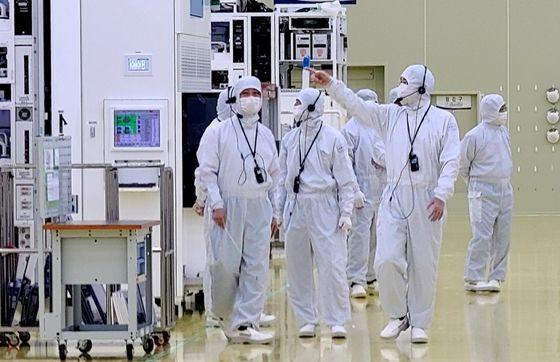 이재용 삼성전자 부회장이 30일 세메스 천안사업장을 찾아 반도체 및 디스플레이 제조장비 생산 공장을 살펴보고 있다. ⓒ삼성전자