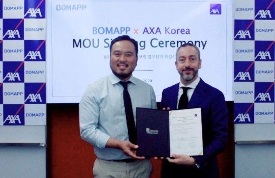 류준우 보맵 대표이사(왼쪽)와 질 프로마조 AXA손해보험 대표이사(오른쪽)가 26일 디지털 보험 시장 공략을 위한 업무협약을 체결한 후 기념촬영을 하고 있다.ⓒ보맵