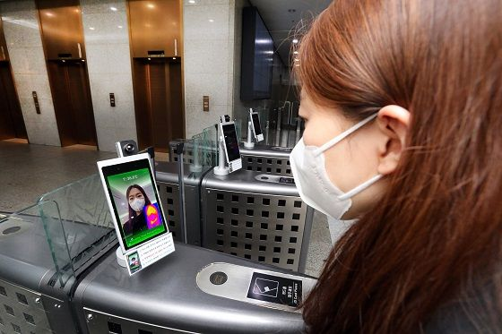 현대엔지니어링 임직원이 1일 계동본사 1층 게이트에 설치된 스마트 출입관리시스템으로 체온 및 마스크 착용 여부를 확인하고 있다.ⓒ현대엔지니어링