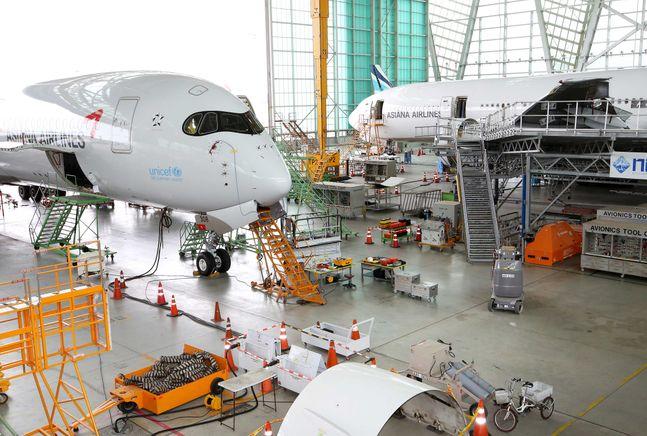 인천국제공항 아시아나항공 제2격납고에 주기된 A350 정비 모습ⓒ아시아나항공