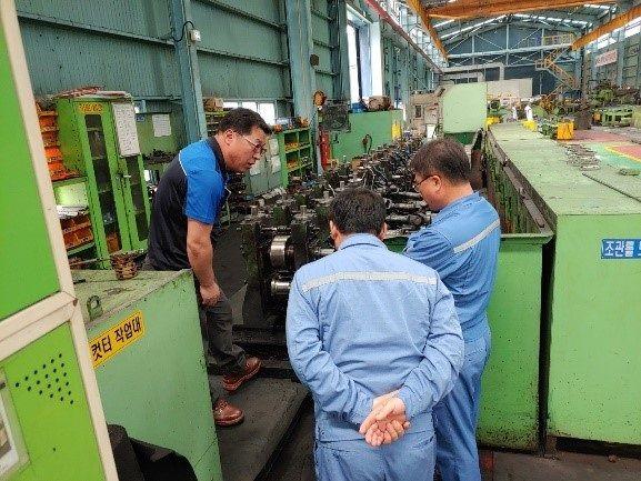 포항제철소 혁신허브섹션 직원이 스프링소재 생산업체인 삼원강재의 설비기술을 진단하고 있다.ⓒ포스코