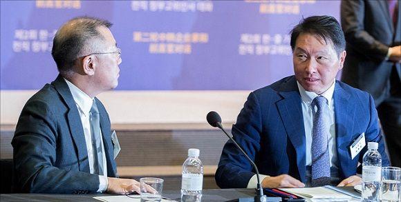정의선 현대자동차 부회장과 최태원 SK 회장이 대화를 하고 있다