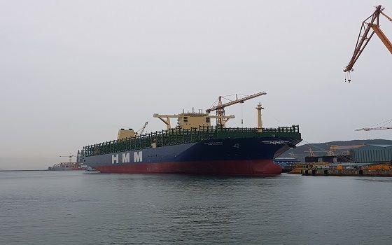 대우조선해양 거제 옥포조선소에서 건조된 2만4000TEU급 초대형 컨테이너선 에이치엠엠(HMM) 함부르크호가 지난 3일 출항을 위해 대기하고 있다.ⓒEBN