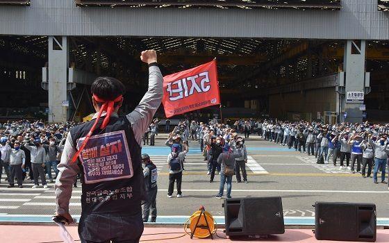 현대중공업 노동조합 조합원들이 지난 6월 23일 현대중공업 본사에서 임금협상 난항에 따른 4시간 부분파업을 열고 구호를 외치고 있다.ⓒ현대중공업 노동조합