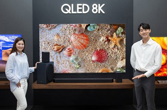 삼성전자 모델이 삼성전자 수원사업장에서 신제품 프리미엄 사운드바 HW-Q950T를 소개하고 있다.ⓒ삼성전자