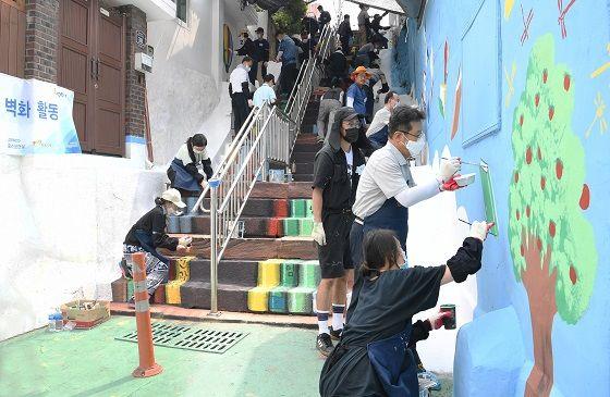 포스코건설 임직원들이 9일 인천시 동구 금곡동 배다리마을에서 벽화그리기 봉사활동을 실시하고 있다.ⓒ포스코건설
