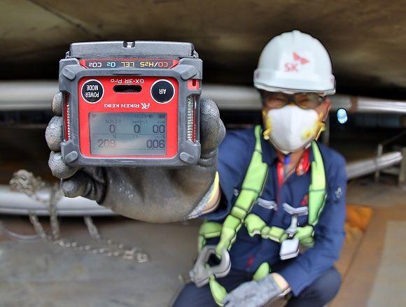 SK이노베이션 울산CLX작업자가 밀폐공간에 설치될 무인 가스감지 센서를 들어 보이고 있다