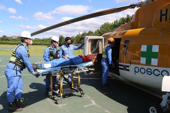포스코가 지난 5월 20일 사내 응급의료지원 비상대응 모의훈련을 펼쳤다. 응급환자 긴급 이송을 위해 헬기로 옮기는 모습. ⓒ포스코