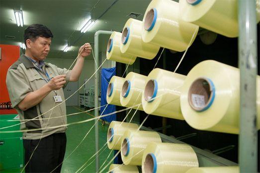 코오롱인더스트리 직원이 경북 구미 공장에서 일명 '슈퍼 섬유'로 불리는 아라미드 섬유 품질을 점검하고 있다.ⓒ코오롱인더스트리