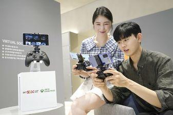 SK텔레콤 홍보모델이 T월드 매장에서 엑스박스 클라우드 게임을 즐기는 모습 ⓒSK텔레콤