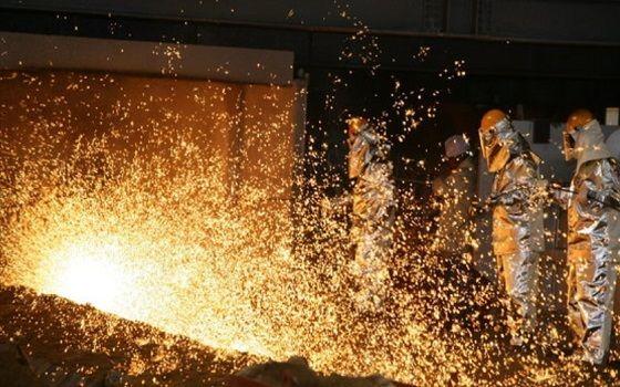 포스코 포항제철소 직원들이 출선작업(쇳물을 뽑아내는 과정)을 하고 있다.ⓒ포스코