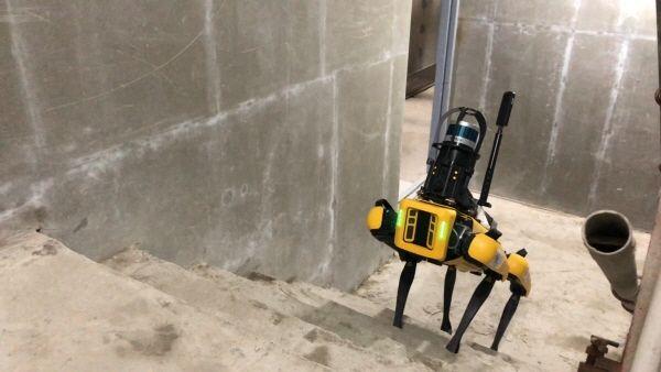 GS건설이 큐픽스와 협력해 도입한 4족 보행 로봇 스팟이 건설현장에서 각종 데이터를 수집하고 있다.ⓒGS건설