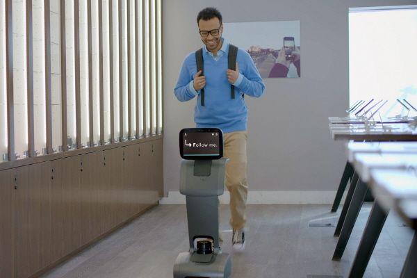 래미안 단지에 도입되는 로봇이 입주민의 커뮤니티시설 이용 안내 등을 돕고 있다.ⓒ삼성물산