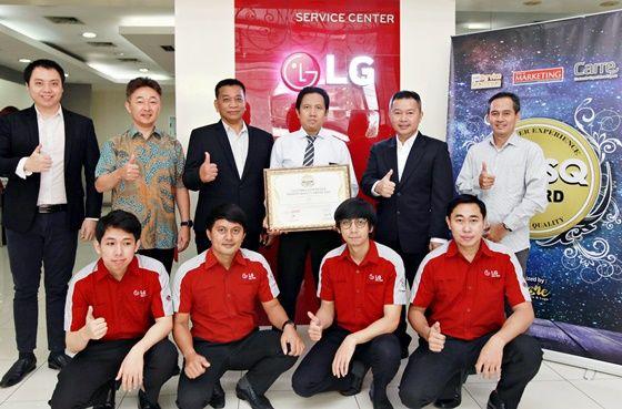 LG전자 인도네시아 서비스법인 임직원이 기념촬영을 하고 있다. ⓒLG전자