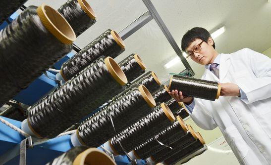 효성 안양기술원에서 연구원이 효성첨단소재의 탄소섬유 제품을 살펴보고 있다.ⓒ효성