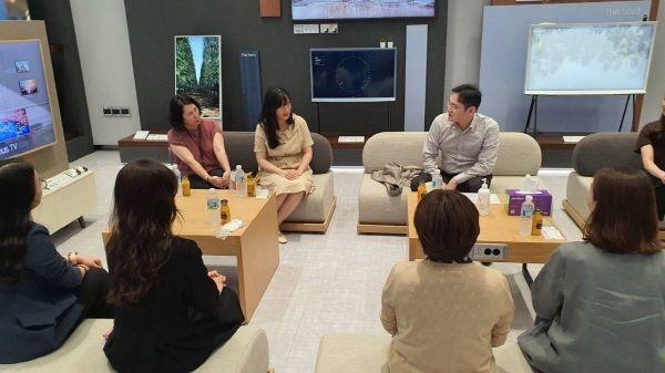 이재용 부회장이 6일 삼성전자 수원사업장에서 여성 임직원들과 간담회를 갖고 코로나 이후 직장 및 가정 생활 변화, 여성 리더십 계발 방안에 대한 의견을 나누는 모습 ⓒ삼성전자