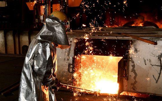 포스코 포항제철소에서 한 근로자가 출선작업(고로에서 녹인 쇳물을 고로 밖으로 배출하는 작업)을 하고 있다.ⓒ포스코
