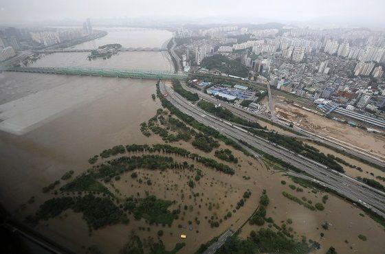 지난 6일 오후 서울 여의도 63스퀘어에서 바라본 올림픽대로와 노들길, 여의도 일대가 물에 잠겨 통제된 상태다.ⓒ데일리안DB