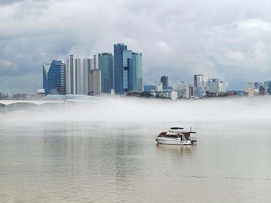 긴 장마가 이어지고 있는 10일 오후 서울 당산철교 인근에서 바라본 한강변에 물안개가 피어오르고 있다. ⓒ데일리안DB