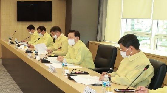 윤대희 신용보증기금 이사장(오른쪽에서 두 번째)이 10일 마포 소재 서부영업본부 회의실에서