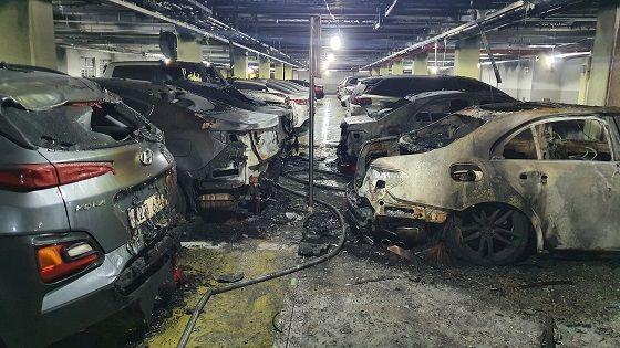 벤츠 화재로 이웃 차량들이 불 탄 모습 ⓒ대덕대학교 자동차학과 제공