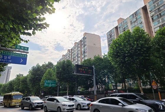 하계역 근처 아파트와 도로에서 차량이 움직이고 있는 모습이다.ⓒEBN