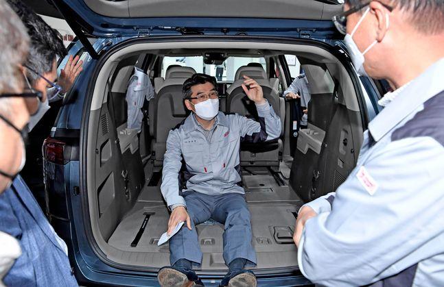 13일 경기 광명 소하리 공장을 찾은 기아차 송호성 사장이 직원들과 함께 4세대 카니발의 공간성을 살펴보고 있다.ⓒ기아차