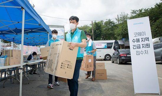지난 13일 코웨이 직원들이 폭우로 침수 피해를 입은 경상남도 하동 지역을 방문해 긴급 지원 서비스를 지원했다.ⓒ코웨이