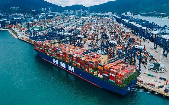 에이치엠엠(HMM)이 보유한 2만4000TEU급 컨테이너선 알헤시라스호가 중국 얀티안항만에 접안해 있다.ⓒHMM