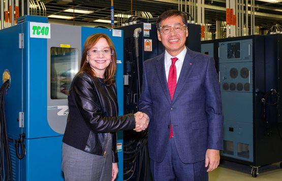 메리 바라 GM 회장(왼쪽)과 신학철 LG화학 부회장이 지난해 12월 전기차 배터리셀 합작 법인 설립을 계약했다.