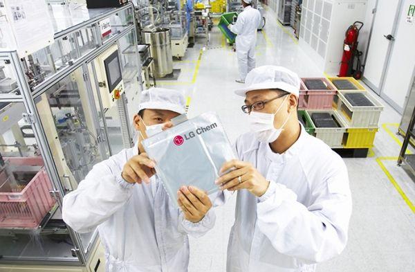 LG화학 연구원들이 배터리를 살펴보고 있다.