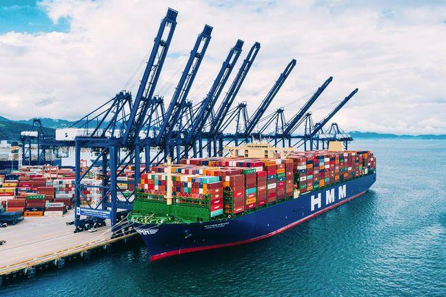 HMM의 2만4000TEU급 컨테이너선 'HMM알헤시라스'호가 컨테이너를 가득 채운 만선으로 중국 얀티안에 접안해있다. ⓒHMM