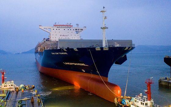현대삼호중공업이 건조한 국내 첫 액화천연가스(LNG) 이중연료(DF) 컨테이너선이 회사 도크에서 진수되고 있다.ⓒ현대삼호중공업