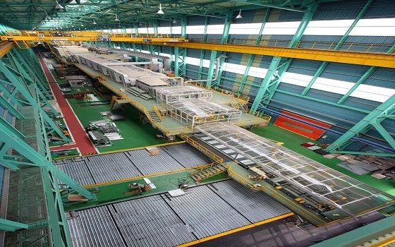 컬러강판을 생산하는 동국제강 부산공장 라인 내부.ⓒ동국제강
