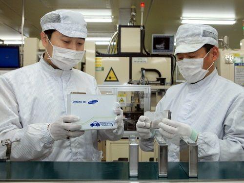 삼성SDI 연구원들이 전기차용 배터리를 살펴보고 있다.