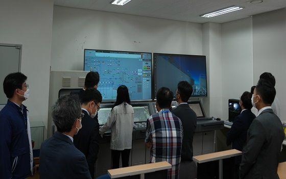 한국선급 직원이 액화천연가스(LNG) 추진 및 벙커링 시뮬레이션 센터(KR LSC)에서 운전자 훈련 시뮬레이터(OTS)와 가상현실(VR) 소프트웨어를 시연하고 있다.ⓒ한국선급