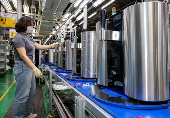 . LG전자 직원들이 16일 경남 창원사업장에서캡슐형 수제맥주제조기