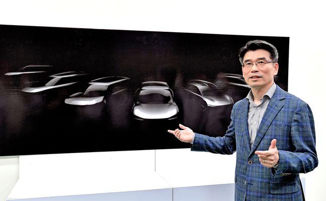 기아자동차 화성공장을 방문한 송호성 사장이 오는 2027년까지 출시될 기아자동차 전용 전기차 모델 라인업의 스케치 이미지를 설명하는 모습ⓒ기아차