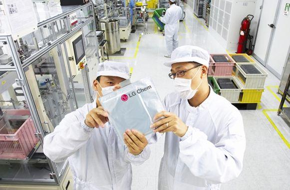 LG화학 연구진들이 배터리를 확인하고 있다.