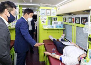 """[포토] 하나금융, 김정태 회장 """"헌혈로 위기 극복"""""""