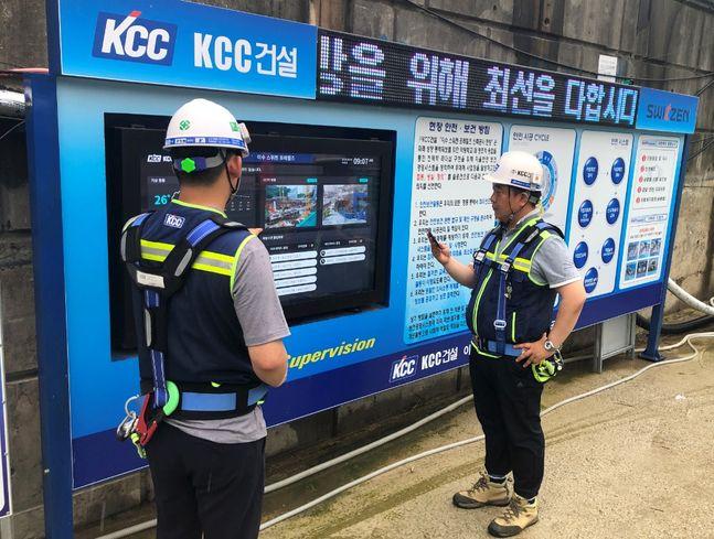 KCC건설 공사현장에서 직원들이 DID(digital information display)를 통해 위험요인·유해요인 등 현장내 각종 정보를 확인하고 있다, 본문과 무관함.ⓒKCC건설