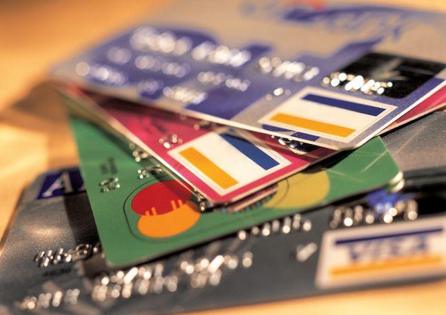 2003년 신용카드 대란은 신용카드사가 경영과 자산 건전성을 관리하는 것이 왜 중요한 지를 일깨워준 사건이다. 신용카드사는 회원의 신용을 전제로 한 신용판매와 신용대출이 주된 사업이다. 이 시기 출혈 경쟁에 나선 신용카드사들은 경쟁적으로 시장점유율 확대에 나서면서, 신용도가 낮은 사람에게까지 신용카드를 발급했다. ⓒEBN