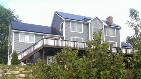 미국 뉴햄프셔(New Hampshire)주 주택에 설치된 한화큐셀 태양광 모듈.ⓒ한화큐셀